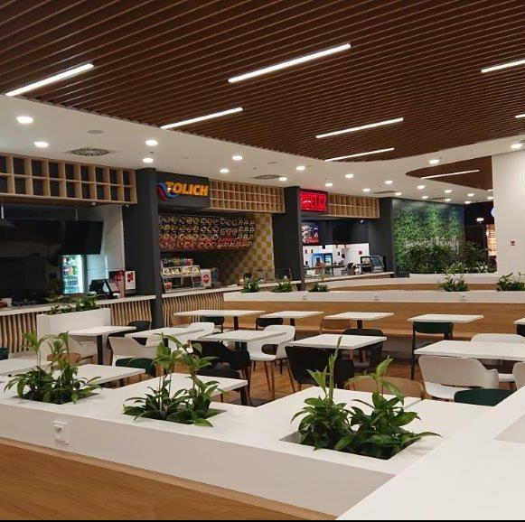 Stoly se židlemi a občerstvením v obchodním centru Olympia, Teplice